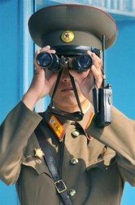 Soldato Nordcoreano controlla il confine con il Sud